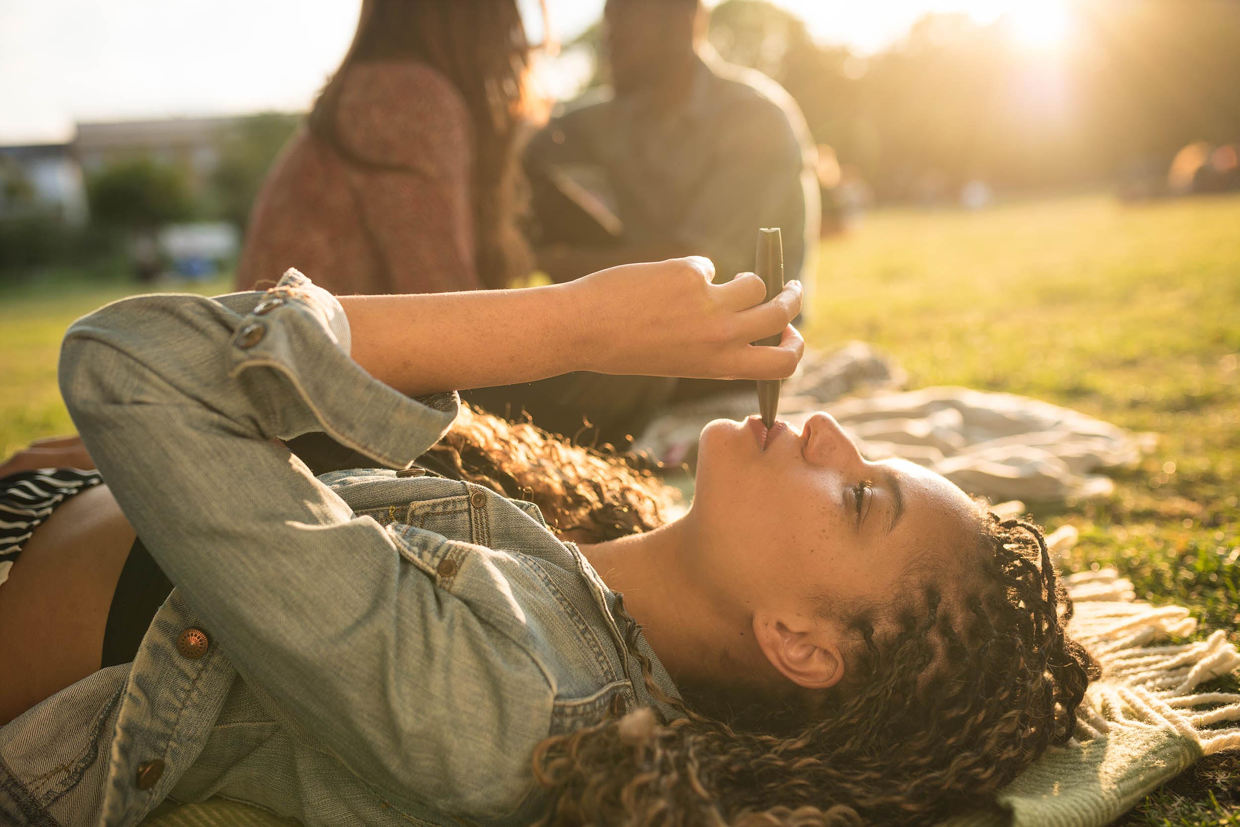 girl-vaping-relax-chilling-park-london-lifestyle-photographer