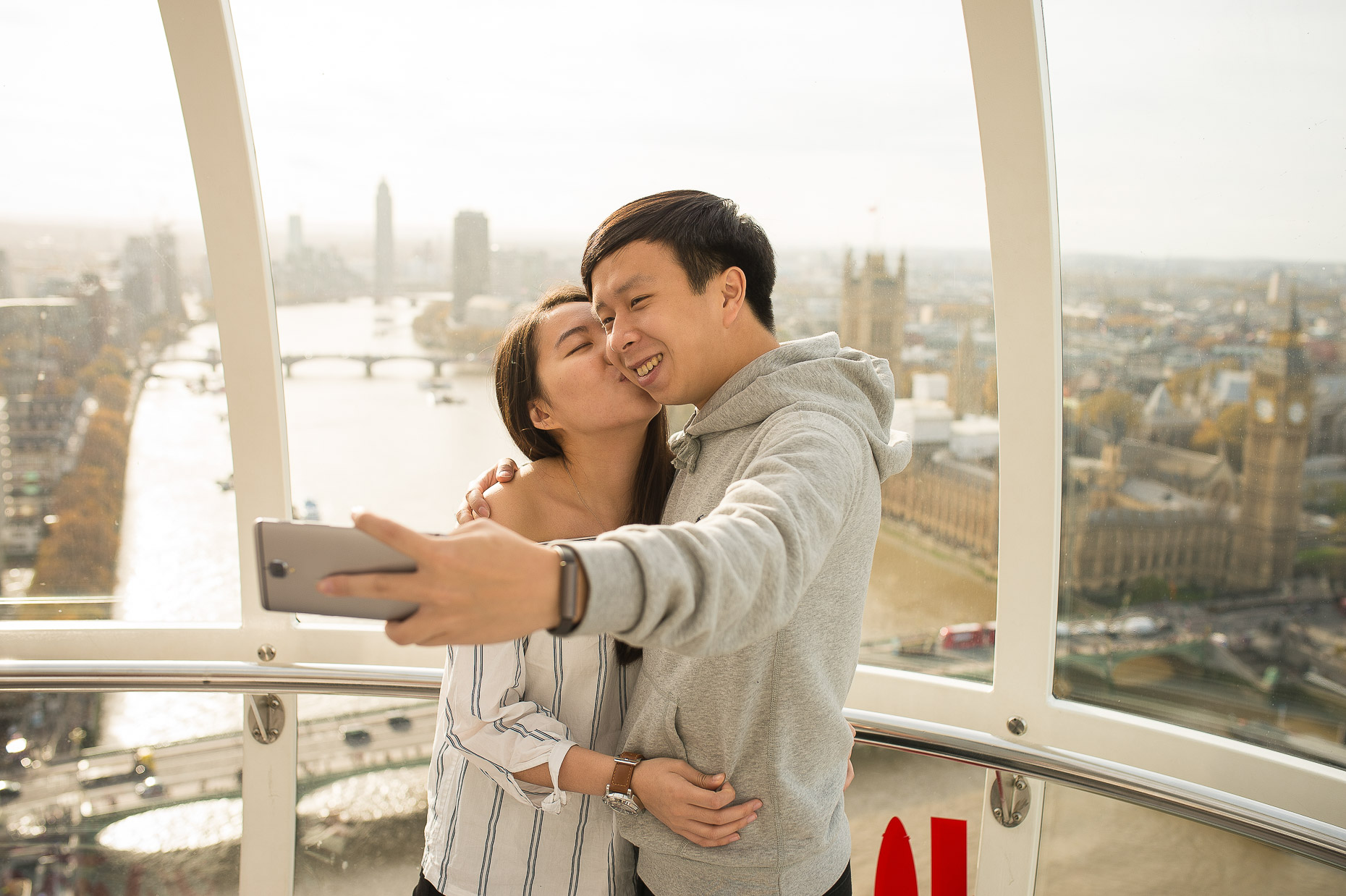 merlin-entertainment-asian-couple-taking-selfie-london-eye-view-city-18