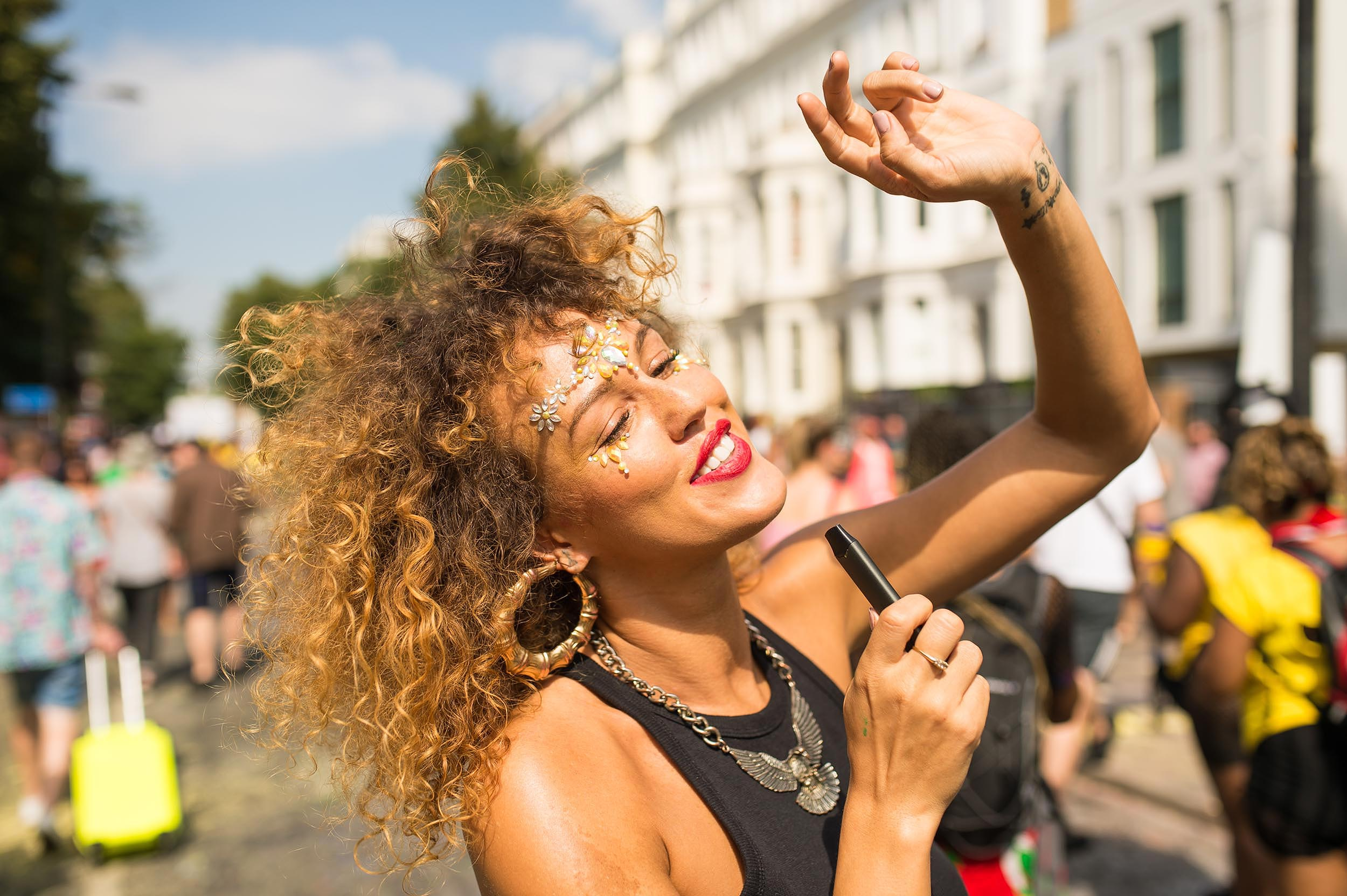 notting-hill-carnival-dancing-girl-culture-vaping-lifestyle-photographer-london